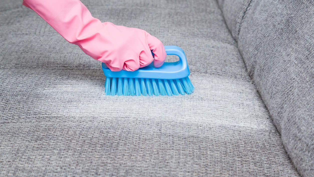Sofa reinigen mit Hausmitteln So wird Ihre Couch dank Natron ...