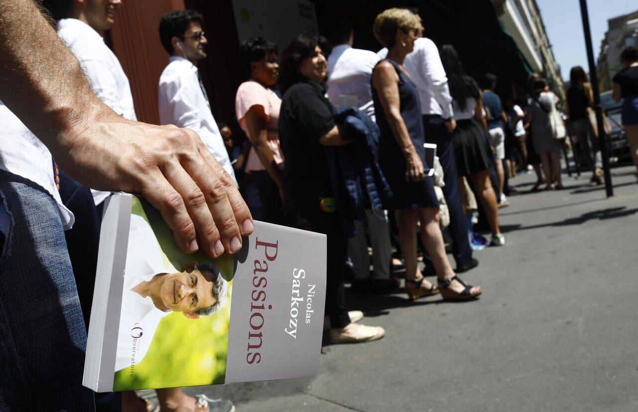 Chouquettes Canicule Et Emotion Des Fans Nicolas Sarkozy Dedicace Son Livre Le Parisien