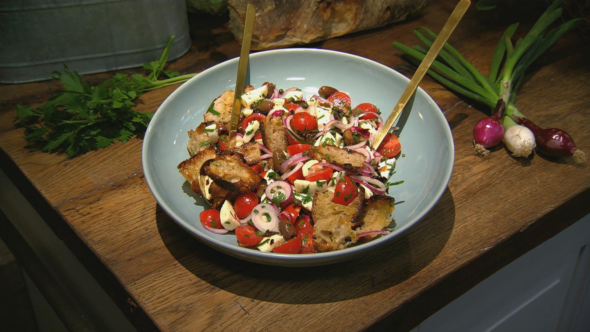 Mediterraner Brotsalat Das Rezept Aus Essen Trinken Fur Jeden Tag