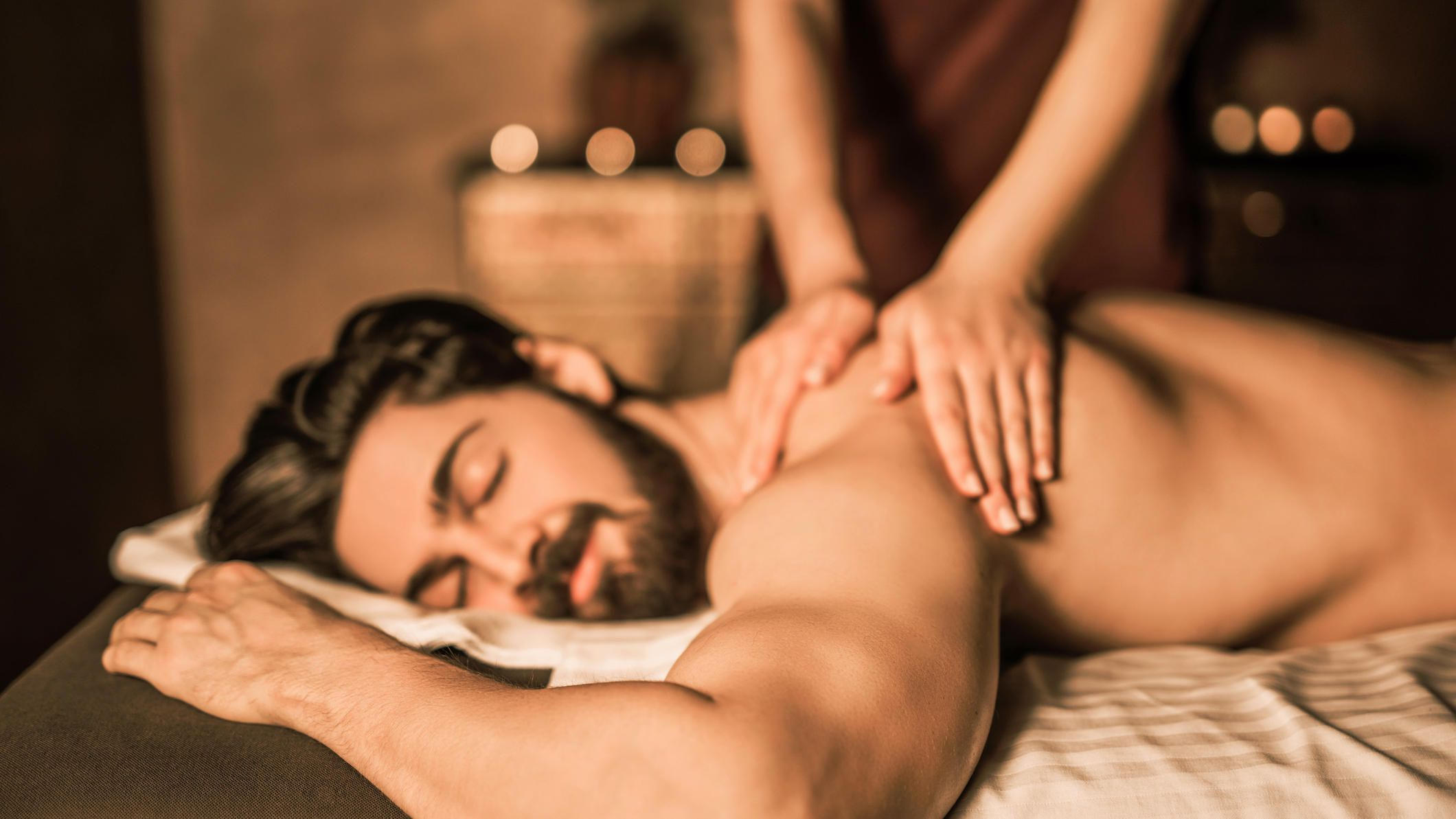 Massage Ehemann bekommt Ehefrau Der eingeölte